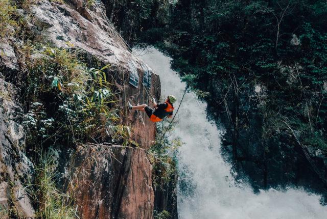Abseilen langs de waterval tijdens canyon your Dalat