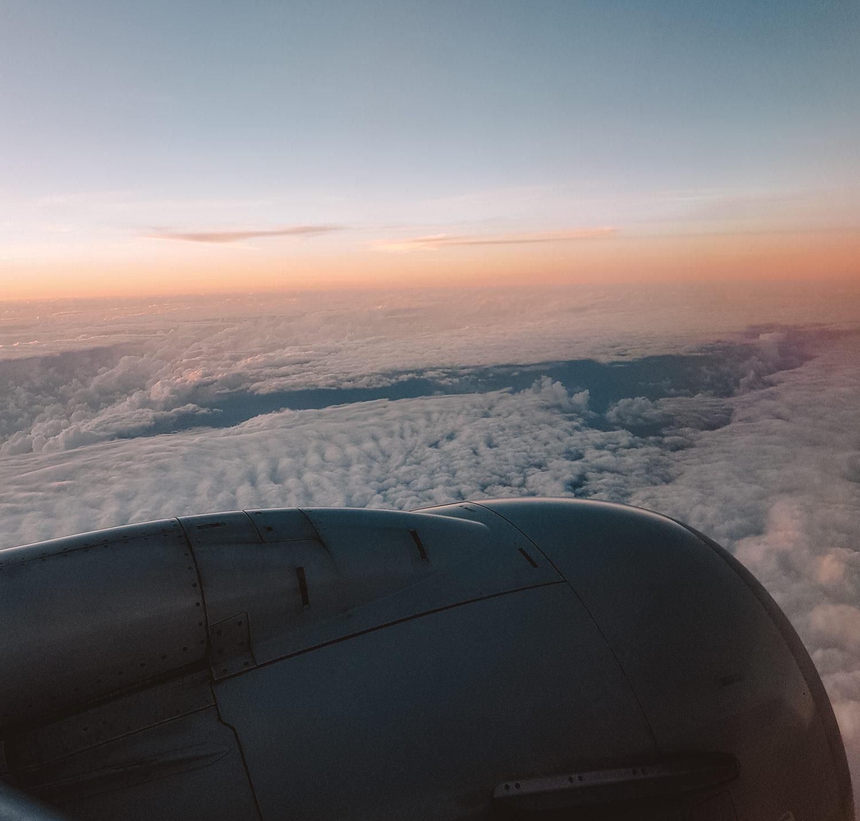 Zonsondergang boven de wonkel vanuit het vliegtuig naar Valencia