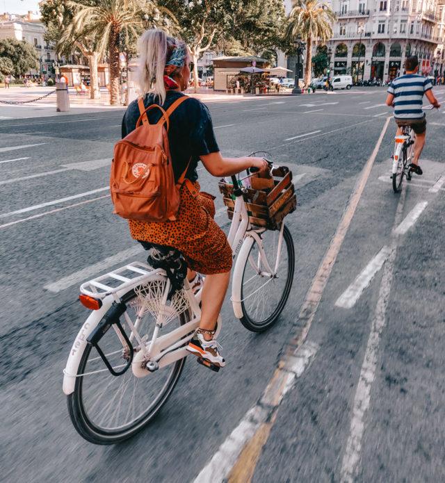 Fietsen met huur fietsen van Verrassend Valencia door centrum van Valencia