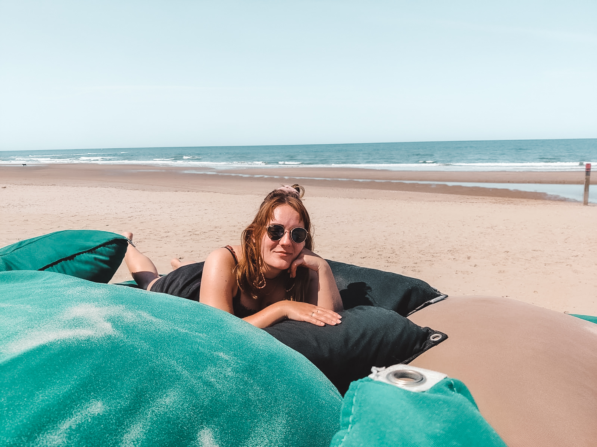 Relaxen op strand Texel Paal 12